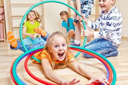 girotondo bambini: Ragazzi emotivi divertirsi in palestra Archivio Fotografico