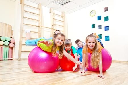 ni�os riendose: Pelotas de gimnasia y los ni�os en los