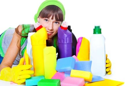 schoonmaakartikelen: Portret van tiener meisje achter reinigingsproducten Stockfoto