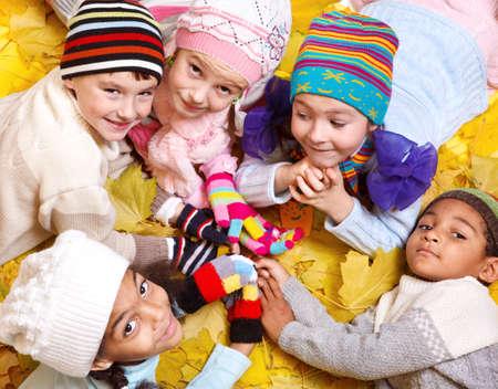 sciarpe: Ragazzi allegri in sciarpe e cappelli