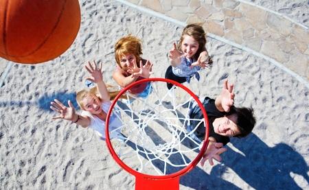 basketball girl: Baloncesto aro y adolescentes atrapar la pelota debajo de ella Foto de archivo