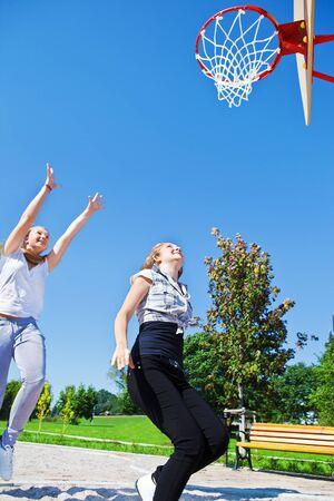 baloncesto chica: Las niñas saltando para atrapar una pelota Foto de archivo