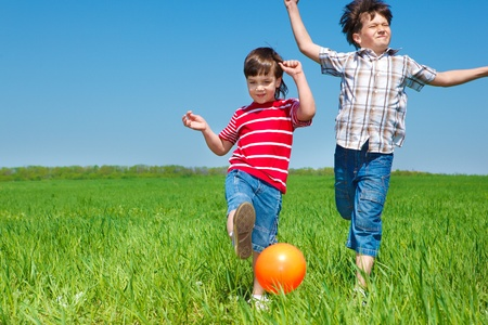 niños jugando en el parque: Amigos que se ejecutan en el campo