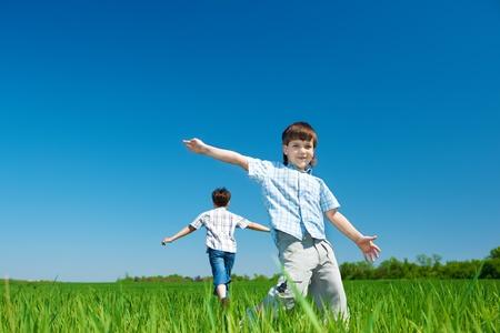 Vrolijke kinderen die in het veld