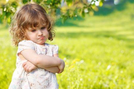 Solitaire fille malheureuse enfant en bas âge, les bras croisés Banque d'images