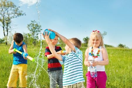 Enfants imbibés de profiter de son temps l'eau