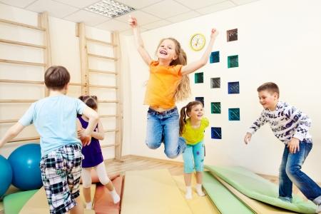 enfants qui jouent: Groupe d'enfants b�n�ficiant cours de gym Banque d'images