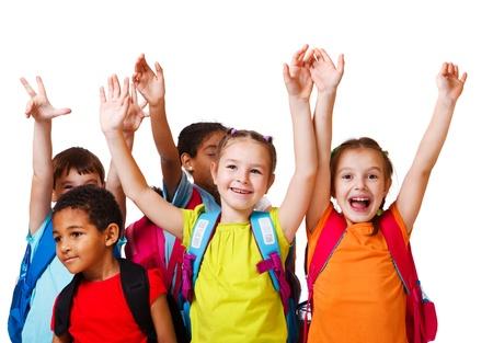niño con mochila: Emocionados los niños en edad escolar con mochilas Foto de archivo
