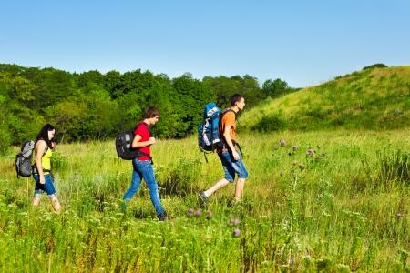 Groupe d'amis chez les adolescentes avec des sacs à dos de randonnée Banque d'images