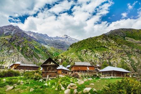 Petit village tibétain en montagnes de l'Himalaya