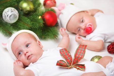 gemelos niÑo y niÑa: Navidad gemelos recién nacidos en blanco Foto de archivo