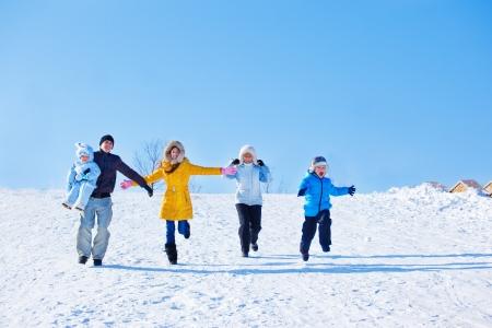 Famille émotionnelle dans le parc d'hiver