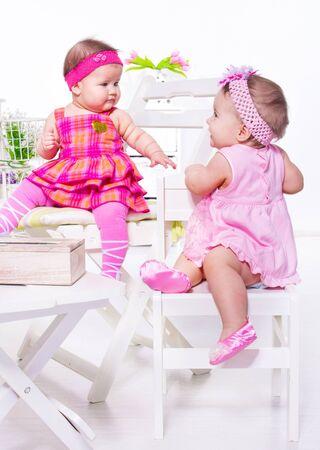 cintillos: Dos amigos de bebé en vestidos de fiesta