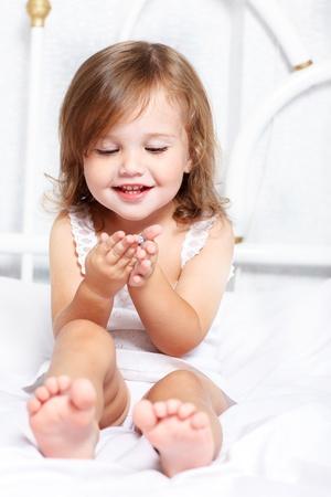 Petite fille douce tenait quelque chose dans les mains