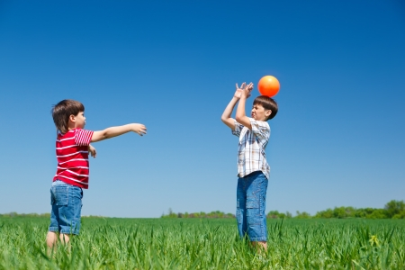 niños jugando en el parque: Los niños activos que juegan con una pelota