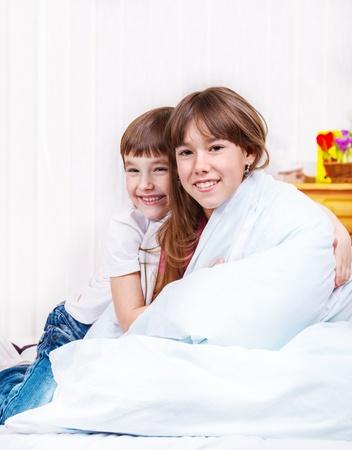 Смотреть с сестра и брат в кровати