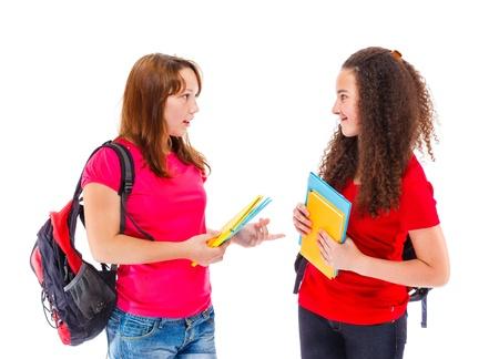 niÑos hablando: Estudiantes universitarios adolescentes que hablan el uno al otro