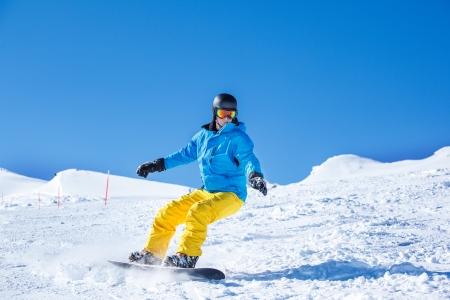 kitzsteinhorn: Snowboarder sliding down the hill