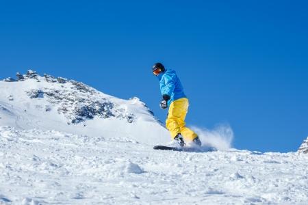 kitzsteinhorn: Man snowboarding down the snowy hill
