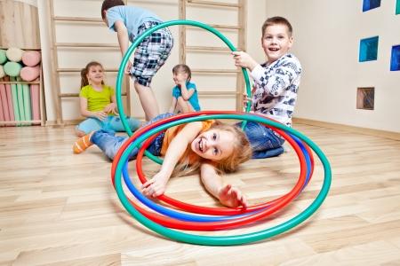 girotondo bambini: I bambini godendo il loro tempo in una palestra