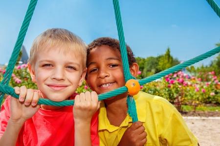 Les enfants cherchent à travers le net à la cour de récréation