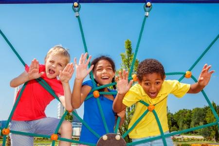 Enfants émotionnels à l'aire de jeux