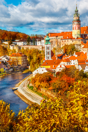 Autumn view on the Cesky Krumlov and Vltava river Foto de archivo