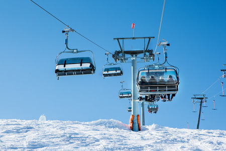 kitzsteinhorn: Cableway with skiers at the ski resort