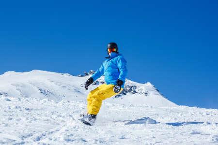 kitzsteinhorn: Man on snowboard moving down the hill