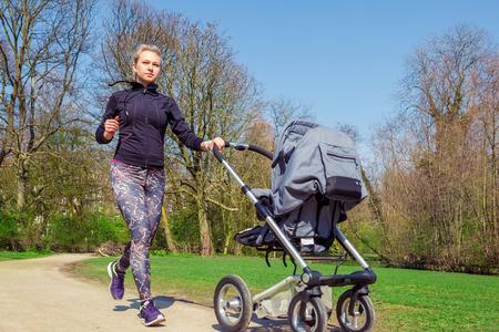 Jeune mère jogging avec une poussette