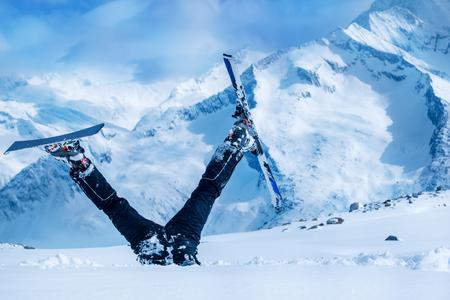 neige qui tombe: Débutant skieur coincé dans la neige profonde avec ses jambes à l'envers