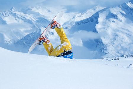 cabeza abajo: Las piernas de un snowboarder atrapados en la nieve profunda al revés