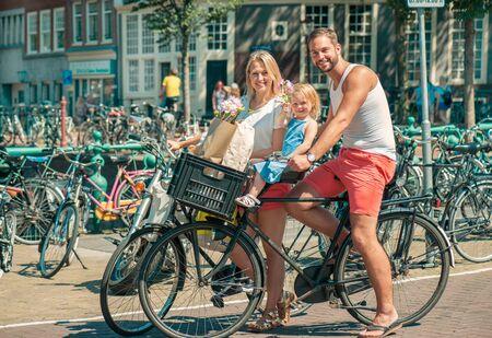 Happy andare in bicicletta famiglia in Amsterdam