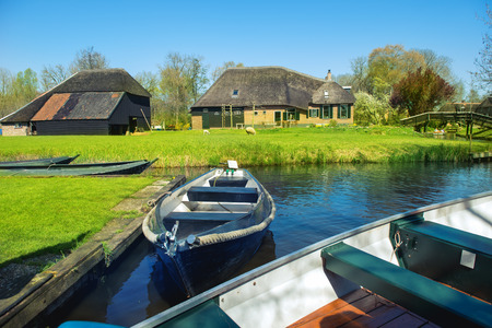 Boats in spring in Giethoorn, a small village in Overijssel province in the Netherlands. Part of the village has no car roads and some houses are accessible by boat only. Foto de archivo