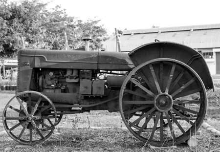 persona mayor: Viejo tractor  Foto de archivo
