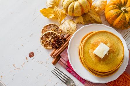 Kürbis Pfannkuchen auf weißem Teller mit Butter und Honig, weißen Holz Hintergrund Standard-Bild