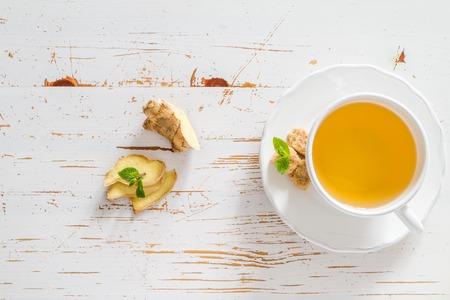 Ingwer-Tee und Zutaten auf weißem Holz Hintergrund, Kopie, Raum