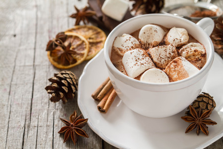 Hot chocolate with marshmallows in white cup Фото со стока