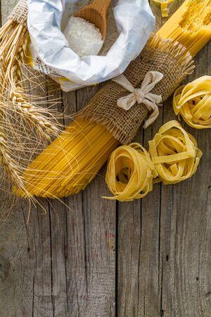 pastas: Los diferentes tipos de pasta, wheagt sobre fondo r�stico