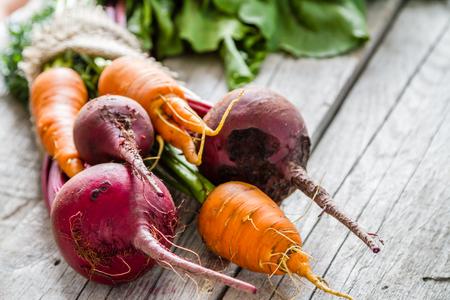 verduras verdes: bruto de remolacha y zanahoria en el fondo de madera r�stica, espacio de la copia Foto de archivo