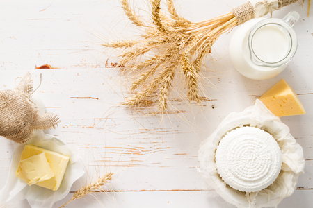 yogur: Selección de productos lácteos en el fondo de madera blanca