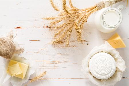 Selectie van zuivelproducten op een witte houten achtergrond Stockfoto
