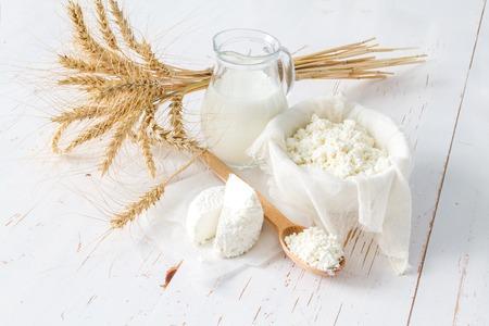 Auswahl der Milchprodukte und Weizen auf weißem Holz Hintergrund Standard-Bild