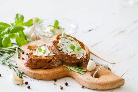 ajo: Pan de ajo con hierbas fondo de madera blanca