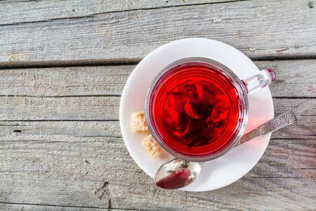 hibiscus: té de hibisco en el vaso de vidrio, fondo de madera rústica, vista desde arriba Foto de archivo