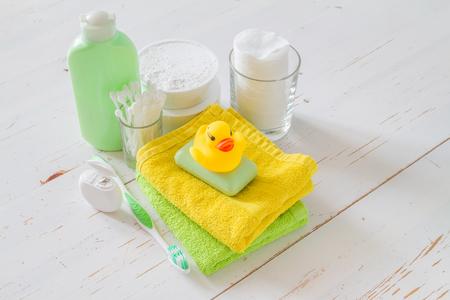 teteros: Esenciales para la higiene y cuidado en el fondo de madera blanca Foto de archivo