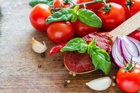 tomate: Tomato sauce and ingredients on white wood background, copy space