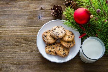chocolate cookie: Galletas y leche para Santa Claus sobre fondo de madera, espacio de copia
