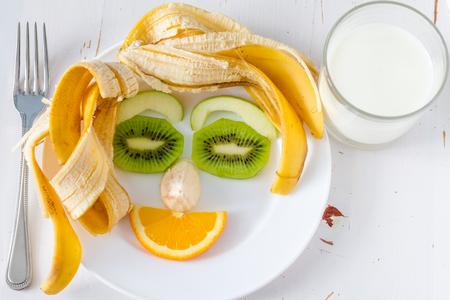 cara sonriente: Las frutas y verduras dispuestas a mirar apelando a los niños en la cara divertida, placa blanca