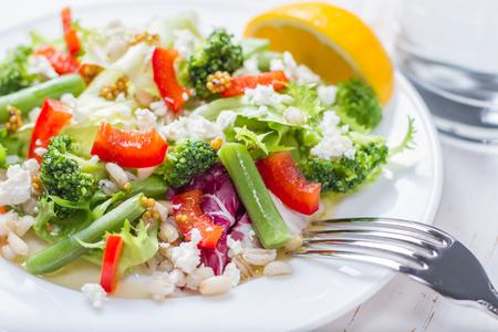 Brócoli ensalada y judías verdes, placa blanca